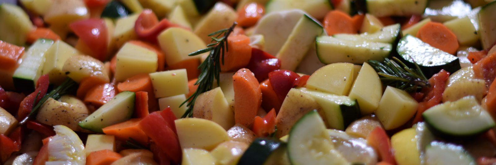 Glutenvrij eten : Ovenschotel met wintergroentes, glanzend van de olijfolie. Met wortel, courgette, rozemarijn, paprika en citroen.