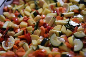 lekker eten : Ovenschotel met wintergroentes, glanzend van de olijfolie. Met wortel, courgette, rozemarijn, paprika en citroen.