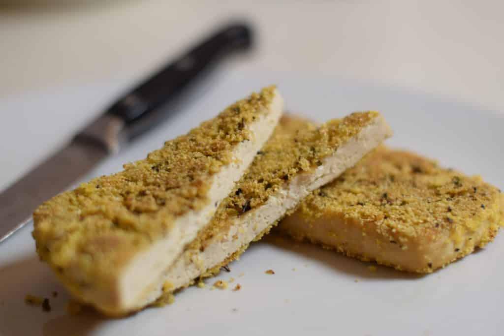 Met polenta en provencaalse kruiden gepaneerde tofoe, bruin en knapperig gebakken in olijfolie.