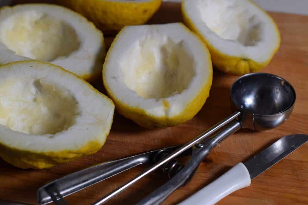 Sukade Gehalveerde en uitgeholde cederappelen. Voorbereiding voor het maken van sukade