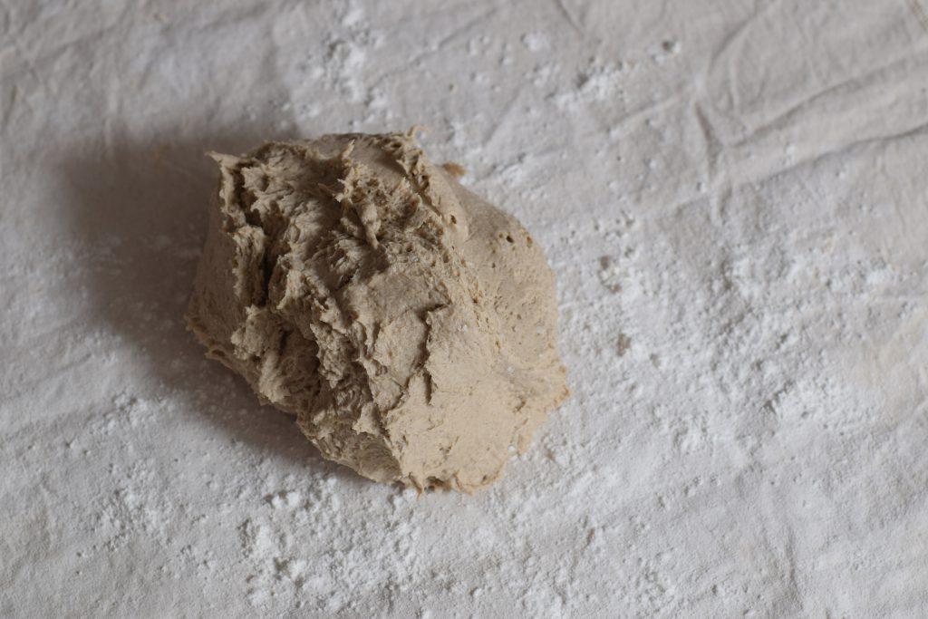 glutenvrij brooddeeg op een doek bestoven met meel