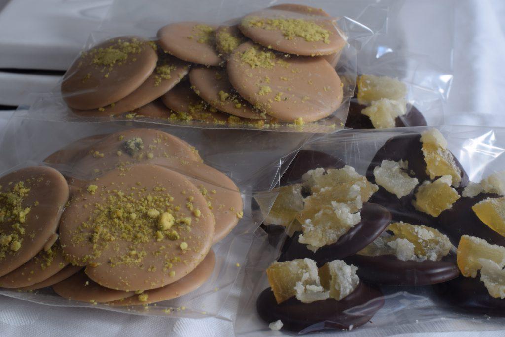 chocoladeflikjes met pistache en sukade in doorzichtige verpakking
