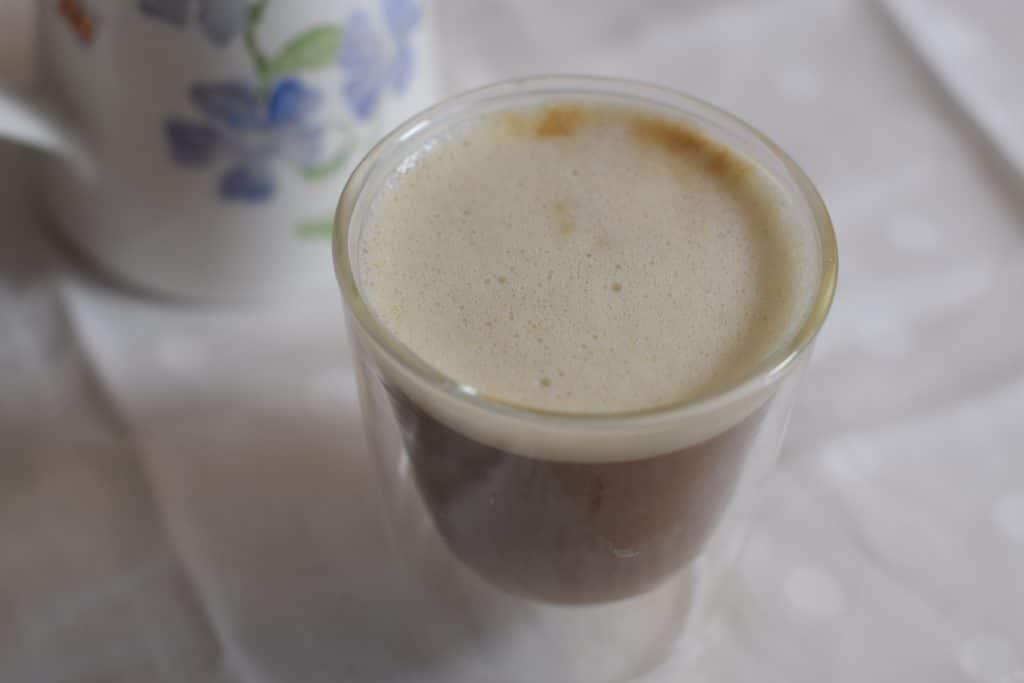 cappuccino van havermelk in glazen beker