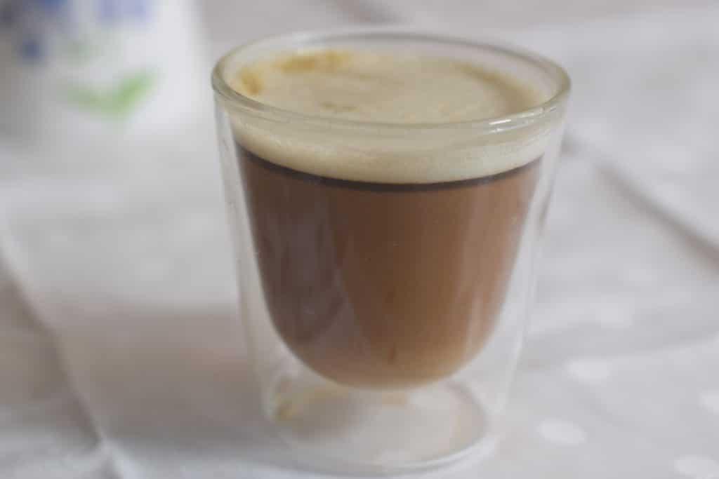 drie kleuren cappuccino in glazen beker