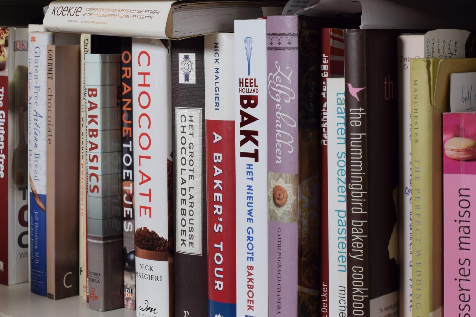 Rij met kook- en bakboeken in de kast