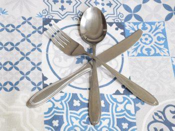 Restaurant recensies, bestek op een theedoek met blauwe figuren