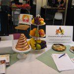 Coeliakie, Mjam Taart beursstand met fruitschaal en reclamebord voor Annemieke glutenvrij