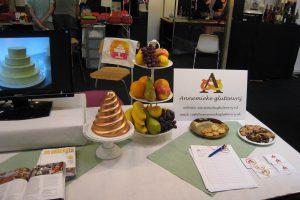 Coeliakie, beursstand met fruitschaal en reclamebord voor Annemieke glutenvrij
