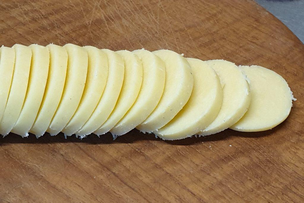 rol pâte sucrée deeg in dunne plakken gesneden op een houten plank