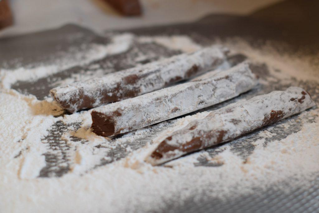 repen chocolade truffel mengsel, in de poedersuiker gerold