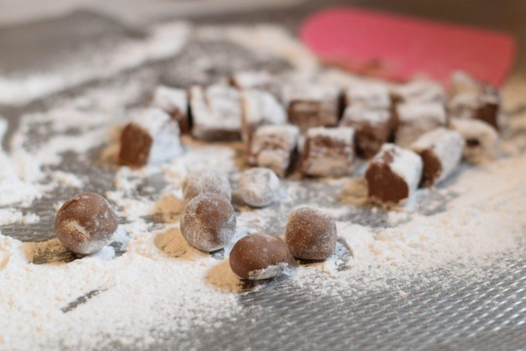 bolletjes van chocolade truffel vulling, in de poedersuiker gerold