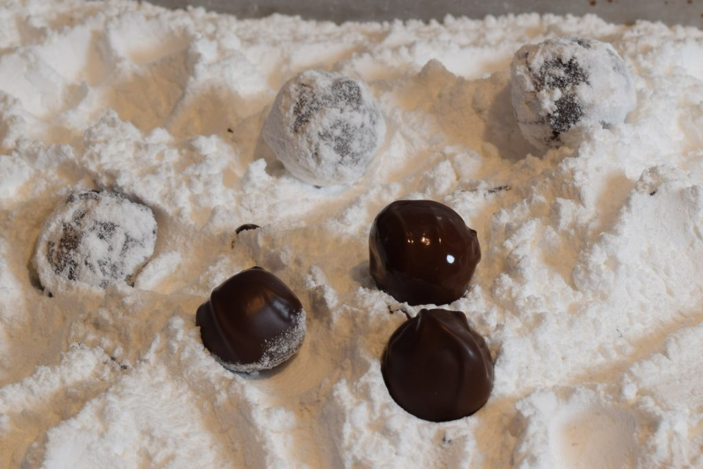 truffels die door de poedersuiker worden gerold