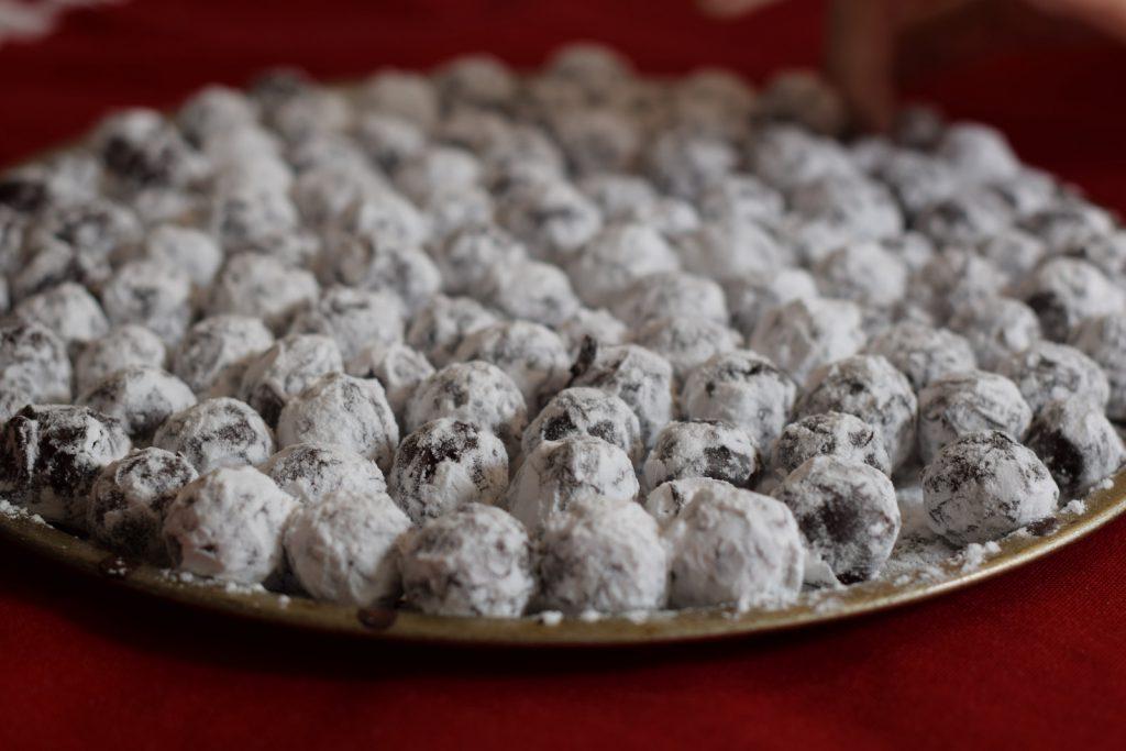 heel veel chocolade truffels met marc de champagne, in poedersuiker gerold