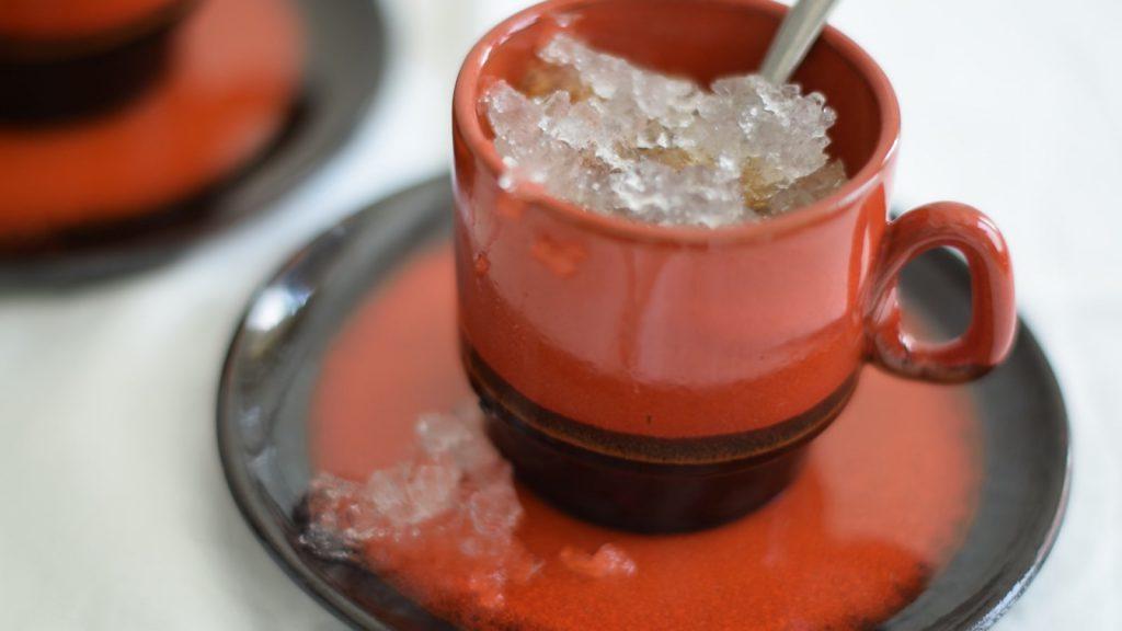 ijskoffie, in bruin/oranje jaren '70 stijl koffie kopje met schoteltje