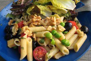 glutenvrije pasta met olijven, walnoten, verse doperwtten en munt
