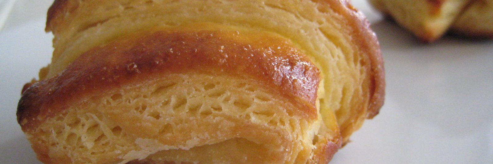 Close up van een glutenvrij croissantje.