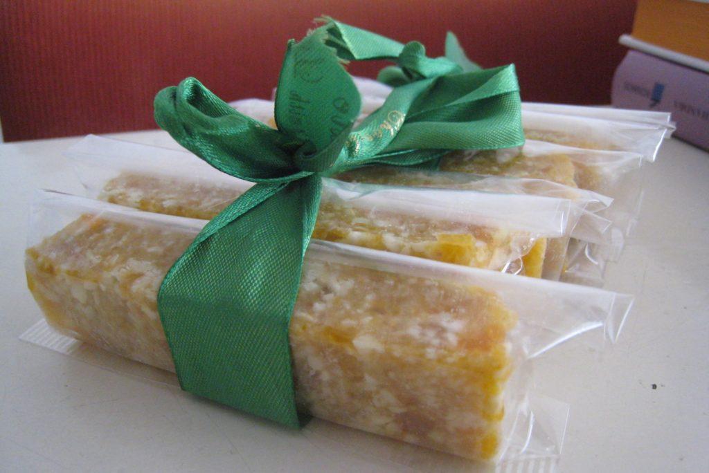 mooi ingepakte abrikoos cashew mueslireep met groene strik er omheen