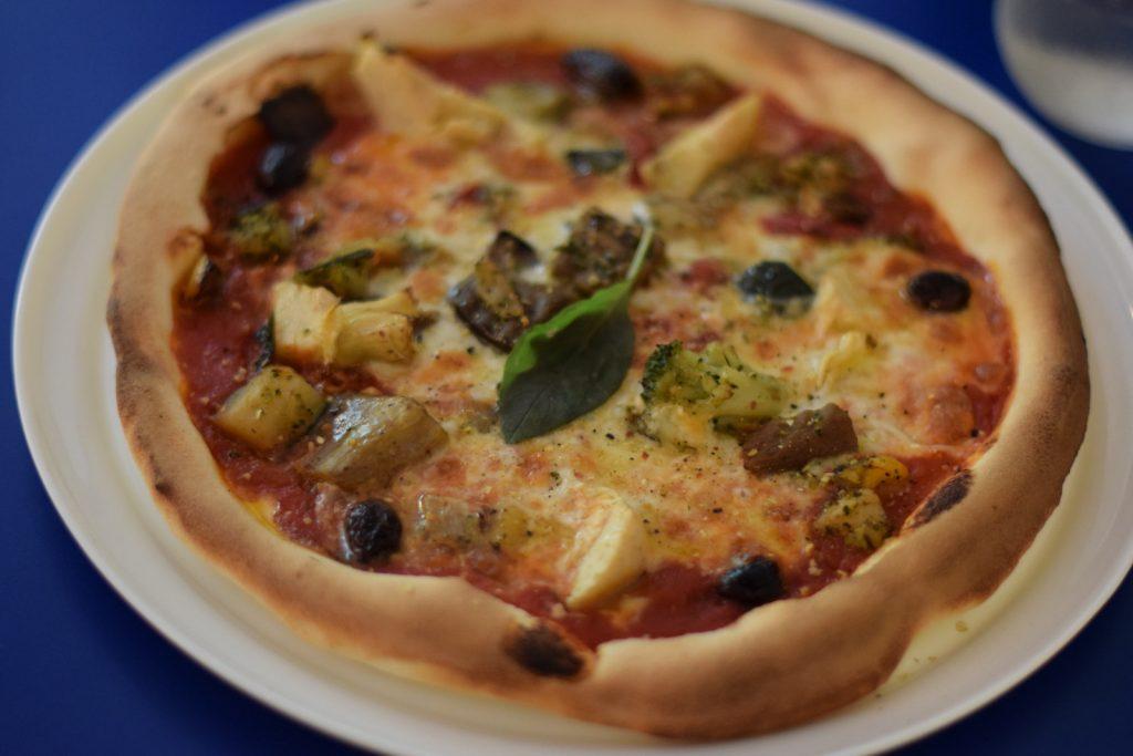 Vegan pizza van restaurant Mastino-V in Amsterdam. Met geroosterde groenten en olijven
