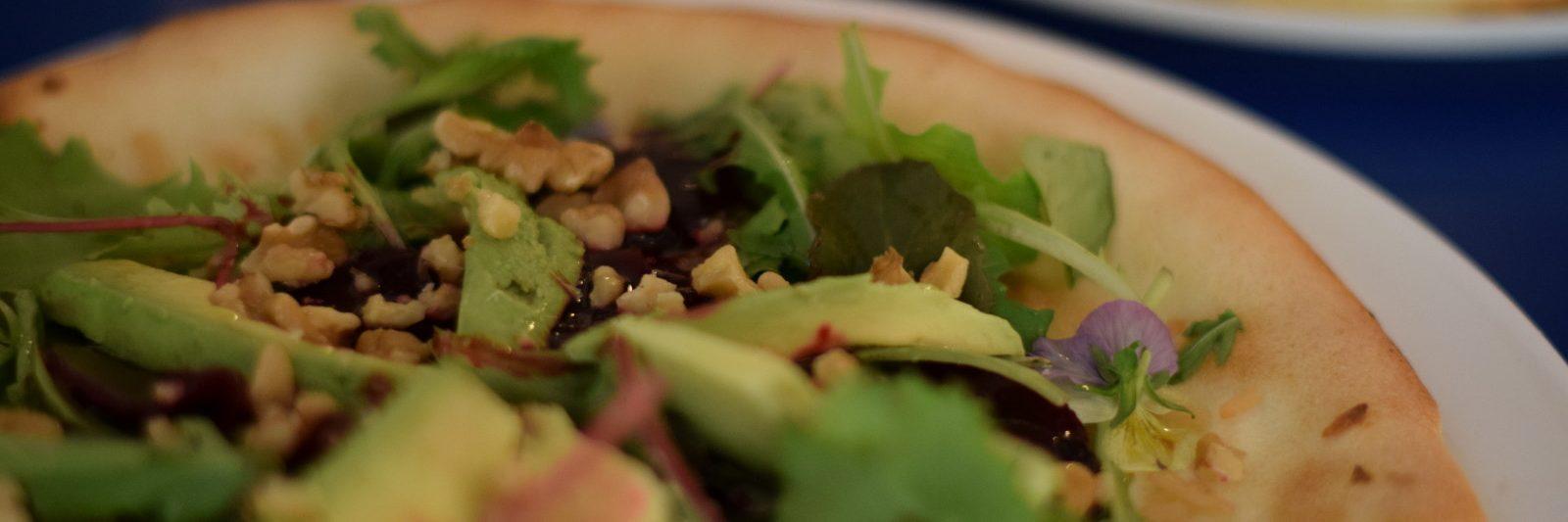 Vegan pizza van Mastino-V in Amsterdam Met avocado, rucola, bietjes en walnoot