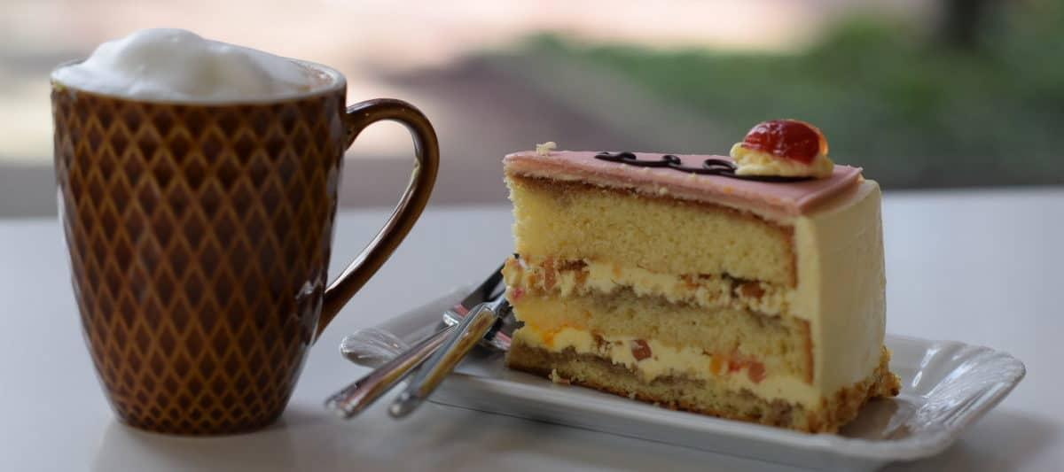 DouglasDelights, stukje chipolata taart met een cappuccino ernaast