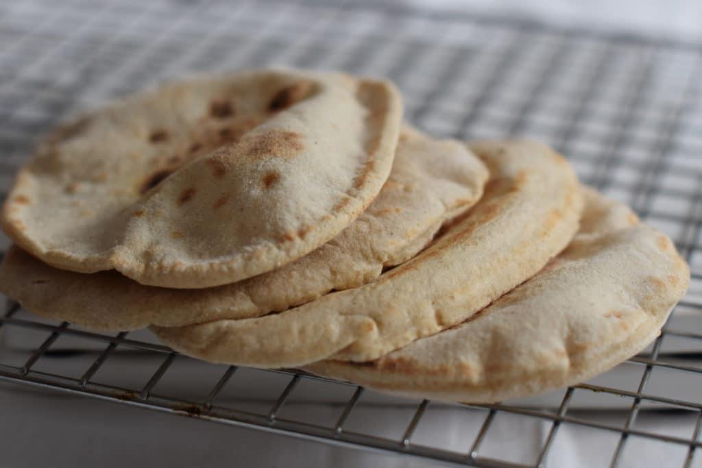 glutenvrije desem pitabroodjes, mooi opgeblazen en opgestapeld
