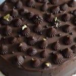 Chocolade festival Glutenvrije chocolade taart met chocolade balletjes en goud versierd