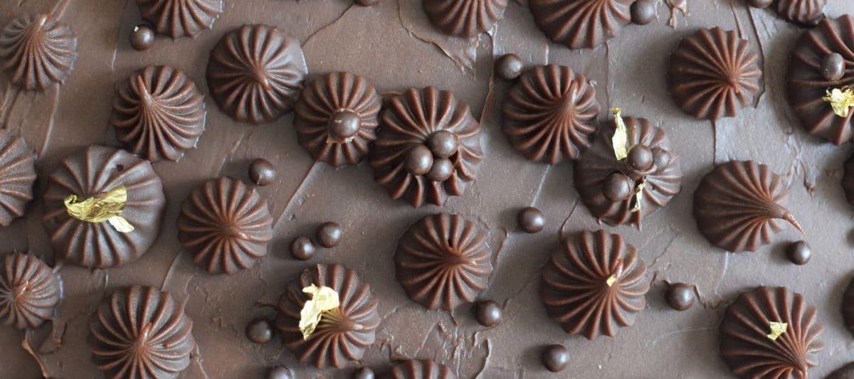 Glutenvrije chocolade taart met chocolade balletjes en goud versierd