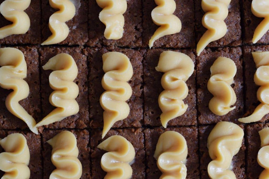 glutenvrije dadeltaart met caramel decoratie