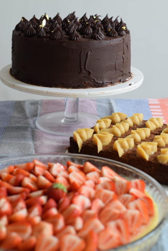 glutenvrije taart, chocolade ganache, dadel caramel en aarbeien cheesecake