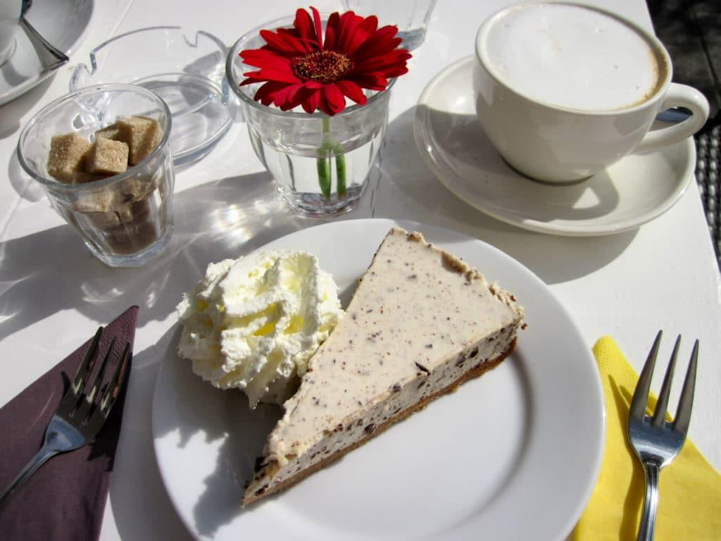 zonnig tafereel met cappuccino en glutenvrije stracciatella taart van cafe Elmers in Groningen