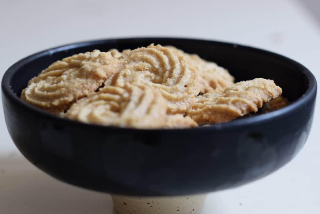 glutenvrije haverspritsen in zwart porseleinen schaaltje