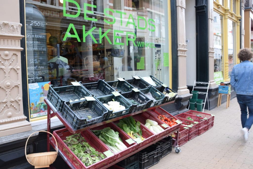 groente uitstalling voor de Groningse winkel Stadsakker
