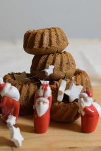 Taaitaai opgestapeld, glutenvrije teff taaituffins met kerstmannetjes decoratie op de voorgrond