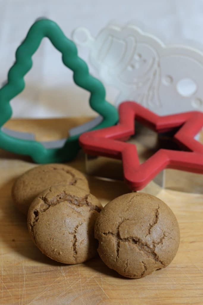 taaitaai, glutenvrije teff taaituffins met grote gekleurde kerst koekjesstekers op de achtergrond