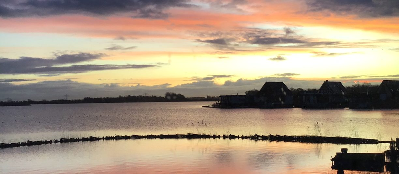 zonsopkomst boven een Gronings meer