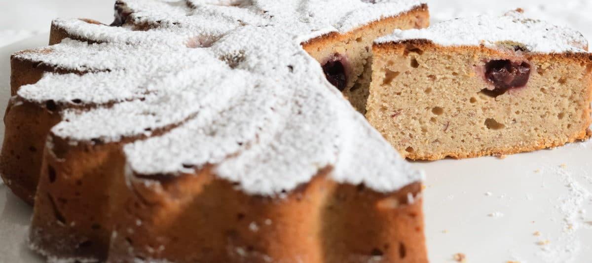 kersen cake met poedersuiker, aangesneden