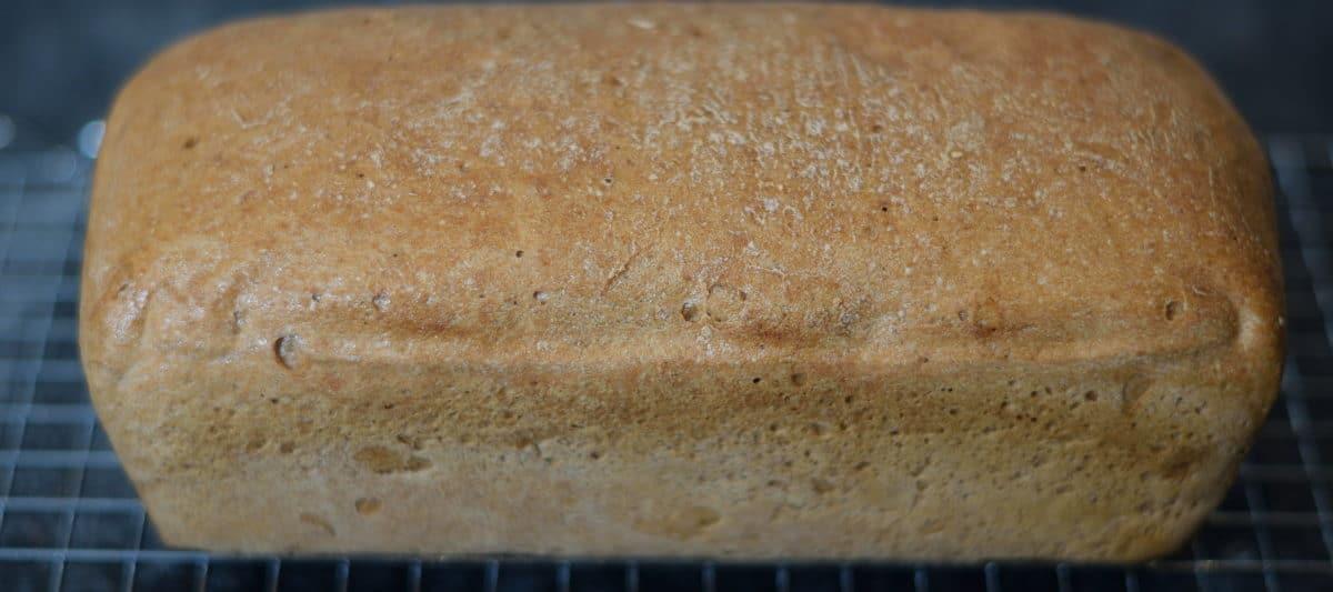 mooi bruin gebakken brood van de Lidl broodmix, op een rooster