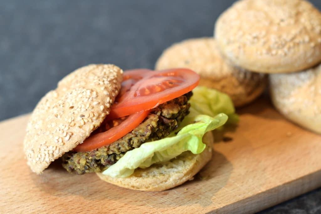 hamburgerbroodje met adukibonen burger met sla en tomaat