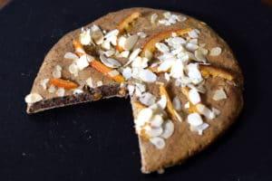 dadelkoek recept met teff, met decoratie van geconfijte sinaasappel en geschaafde amandelen