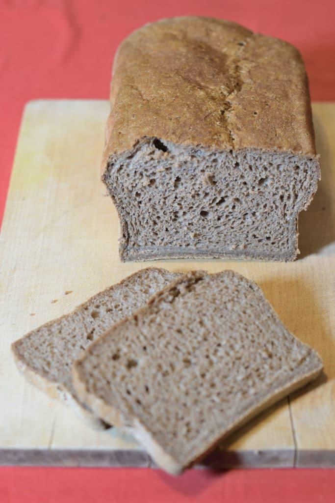 Schar glutenvrij bruinbrood, aangesneden
