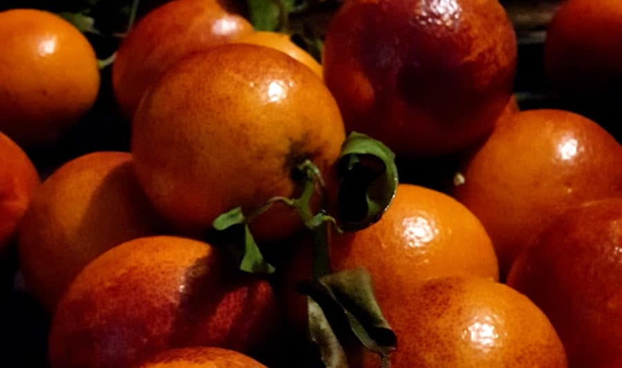 glimmende bloedsinaasappels met diep oranje en rode kleuren en bladgroen