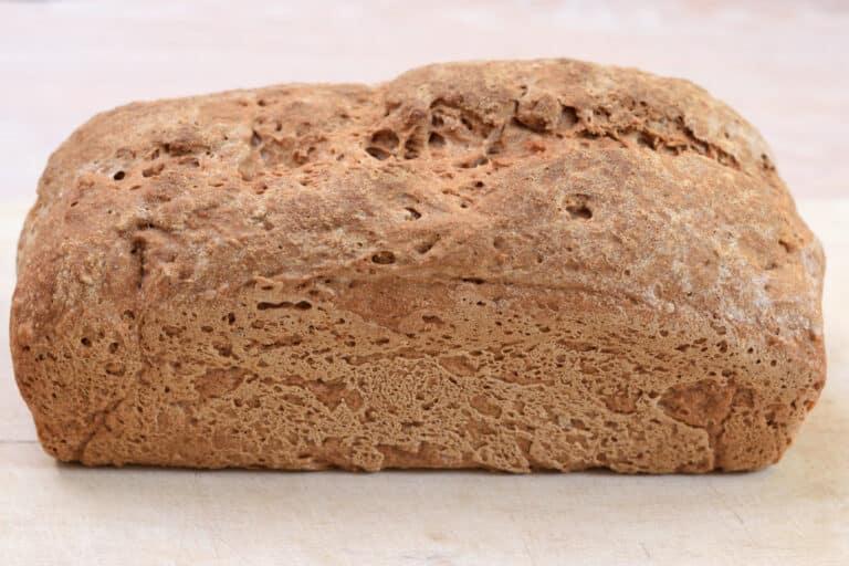 Heel glutenvrij brood, gebakken met de AH vrij van gluten meergranen broodmix.