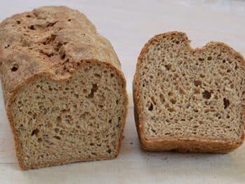 Glutenvrije broodmix AH, meergranen. Brood van de Vrij van Gluten meergranen broodmix AH. Aangesneden brood, met mooi open kruim en bruine korst.