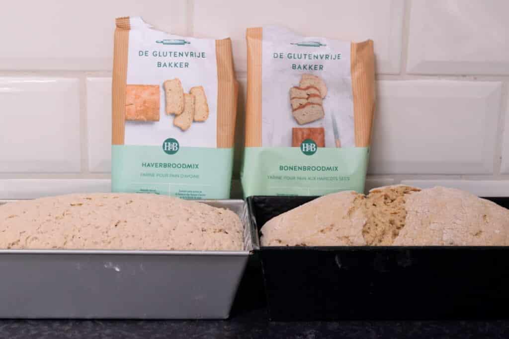 Broodmixen van de Glutenvrije Bakker, bonenbrood en haverbrood staan te rijzen. Beide broden komen al ver boven de rand van de bakvormen uit!