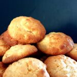 bitterkoekjes recept, stapel bruin gebakken glutenvrije bitterkoekjes