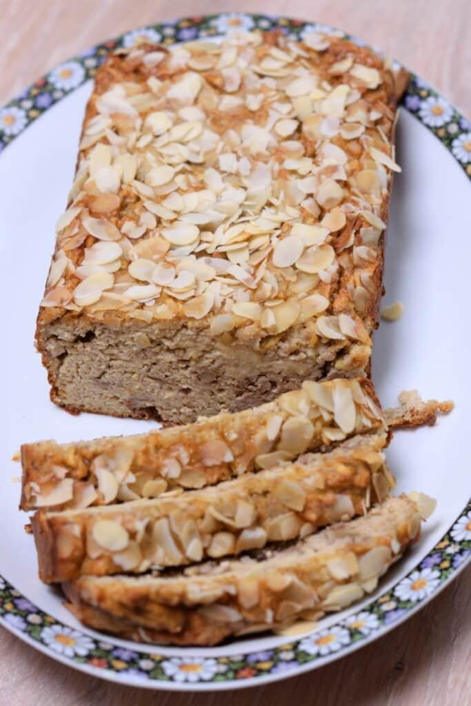appel-notenbrood op een mooie schaal geserveerd