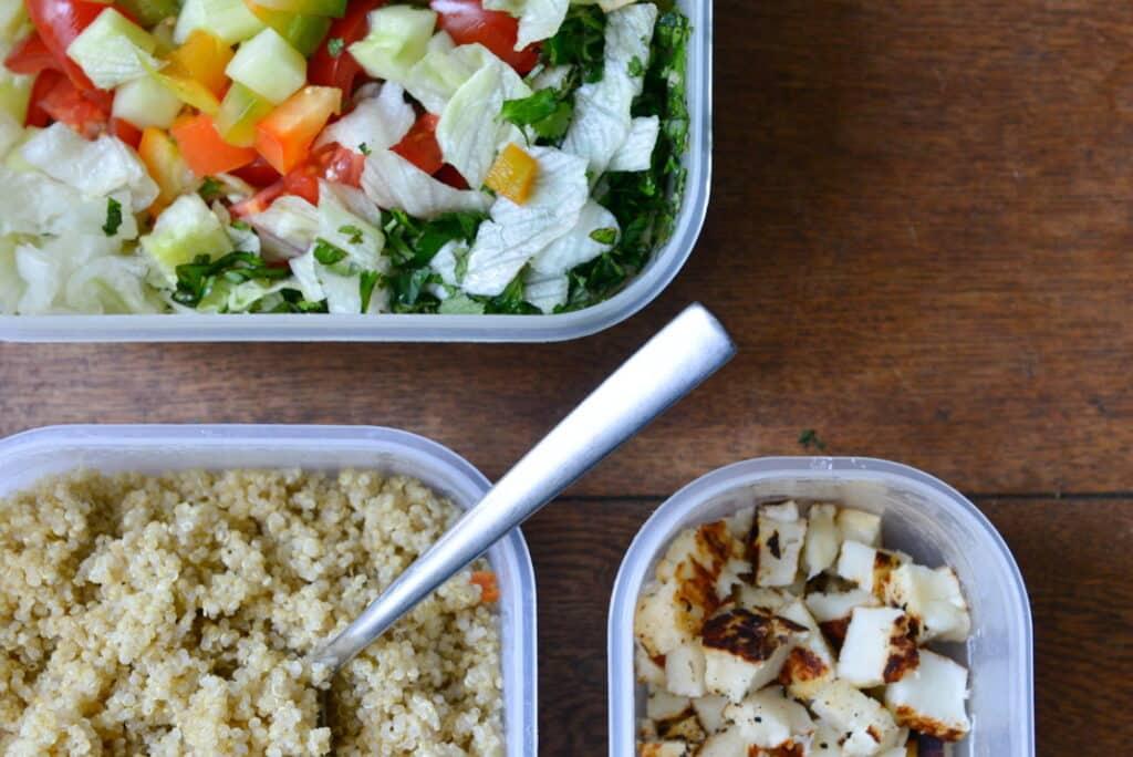 quinoa salade in Tupperware bakjes, makkelijk om mee te nemen