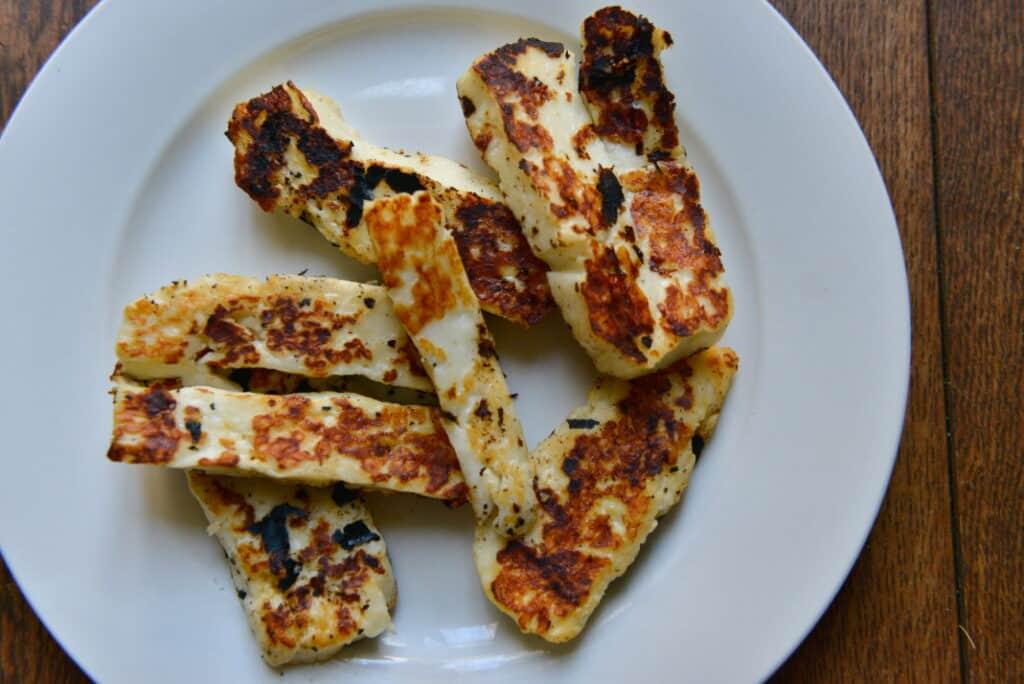gebakken halloumi plakken voor bij de quinoa salade