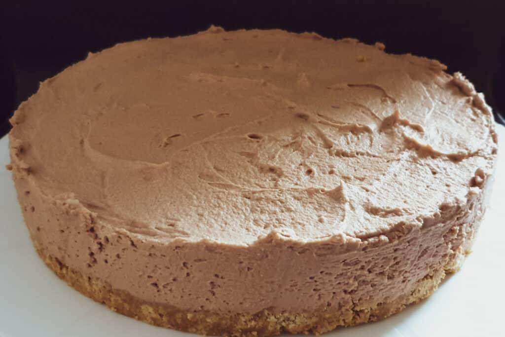 no-bake chocoladetaart, glutenvrije koekjesbodem met melkchocolade cheesecake en frambozen toppingkchocolade