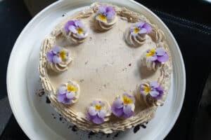 Glutenvrije taart met kastanje botercreme, met viooltjes decoratie